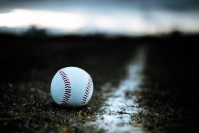 硬式野球のボールとグランンド