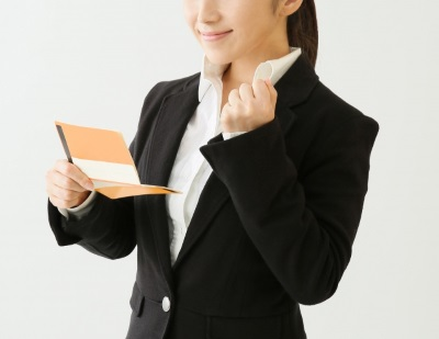 カードを持つ女性社員